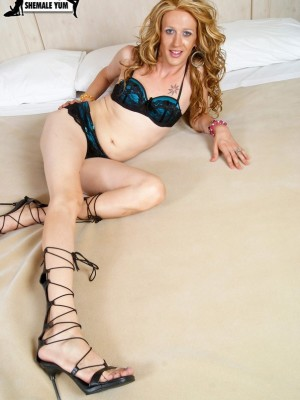 Slim Beauty Golden-haired American Tgirl Widens Her Ass Wide