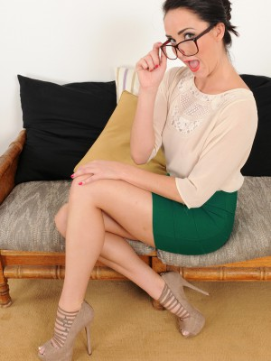 Nerdy MILF Bianca Breeze puts down her computer to explain to you skin