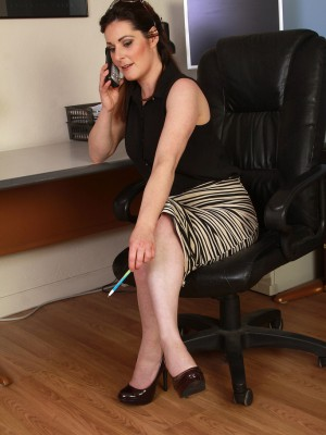Kinky 34 year aged executive Tammy Wilcox opens her ligs broad here