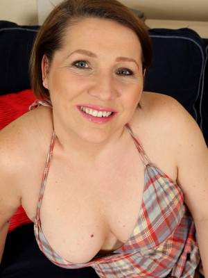 Concupiscent 35 year older Netti from AllOver30 takes off plus widens her gams