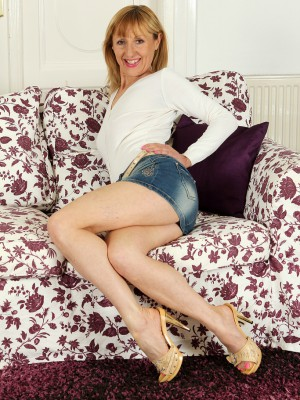 49 year older golden-haired Tina M from AllOver30 slides off her jeans petticoat