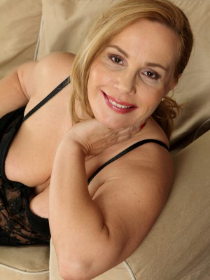 47 year old Viky from AllOver30 enjoying her black colored nylons and lace