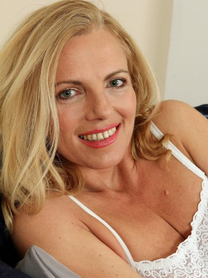 Blond 47 year old bombshell Britney squatting as you're watching daybed