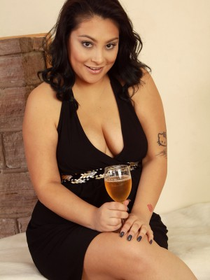 thirty year old perverted Kiki slides far from her elegant gown and widens pinkish