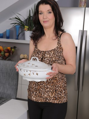 38 yr old brunette hair Fernanda Jerson widens broad within the kitchen 