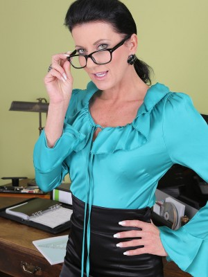 Beautiful 32 yr old steno Olivia widens the woman pussy wide regarding desk