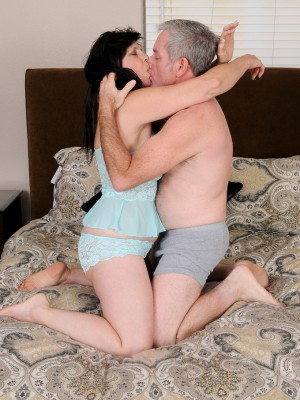 Kinky old 58 yr old Raven trip having the woman older pussy drilled