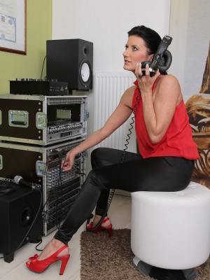 Brunette hair and 32 yr old Olivia from AllOver30 craves to listen to the noise