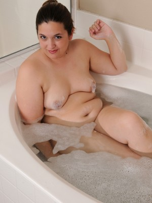 Corpulent thirty yr old Phoenix kinky opens the chick cunt lips inside tub