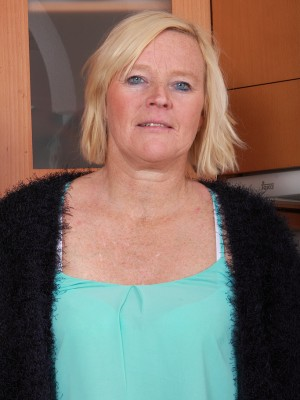 Hairy pussied housewife Sabine demonstrating the lady 49 yr old figure