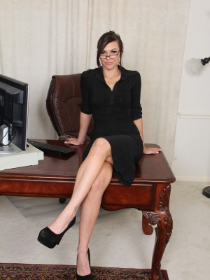 31 yr old Cuteness from AllOver30 circulating crimson at the woman desk
