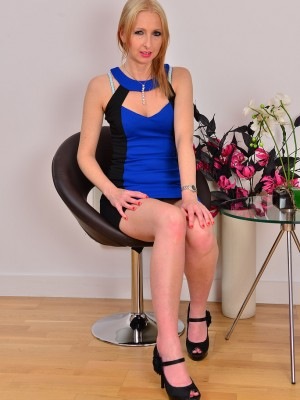 Elegant golden-haired 37 yr old Tracey Lain gets comfy accessible