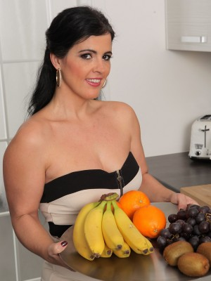 Hawt Montse Swapper has fun with fruits getting all juiced up