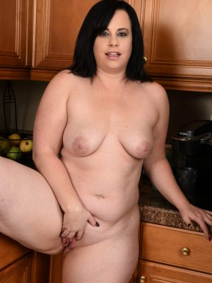 Busty curvy MILF Virgo Peridot within the kitchen