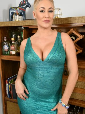Beautiful short haired MILF Ryan Keely