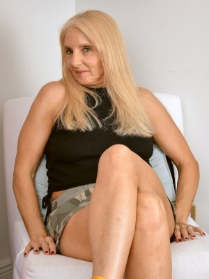 Chery Leigh Mature Spreading