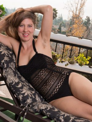 Valentine strips naked while on her balcony
