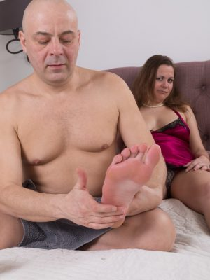 Afeena gets a foot massage and sex in bed