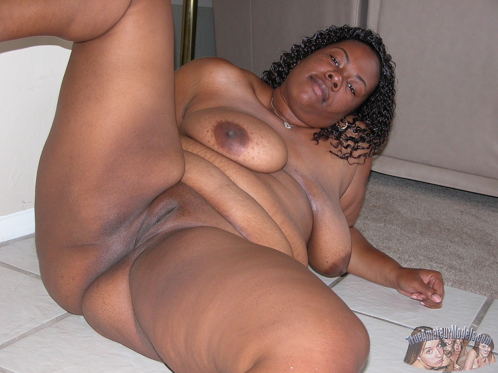 Black Bbw Woman Modeling Nude And Spreading Apart Her -6052