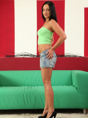 Cute Annie taunts the woman constricted teenager beaver