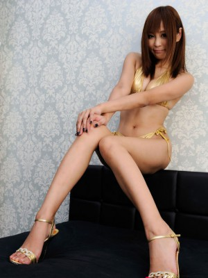 In golden thong exposes her long hot soles