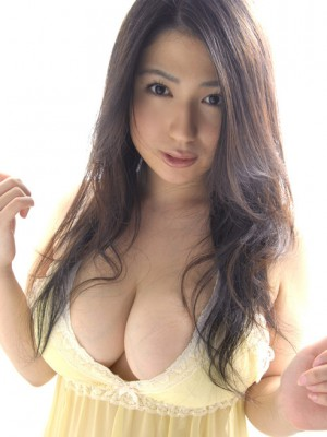 exposes immense bazoom bas in yellow panties