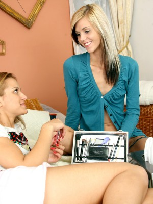 Cute lesbo hair brushing teenagers frigging tight love tunnels
