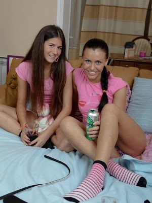 Teen lesbos Hannah and Vera using the Hitachi.
