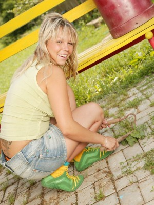 Colourful young playgirl does wet crack with marital-device in garden