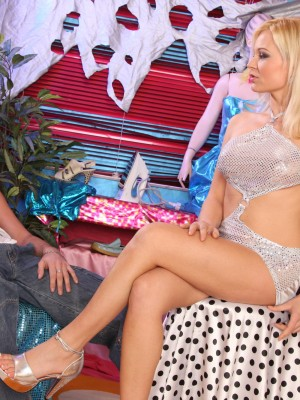 Hot blond teen deep-throats knob and receives screwed on the table