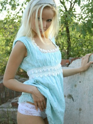 Remarkable golden-haired babe fingers pussy outdoors