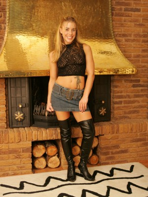 Tammy the UK teen getting bare at home